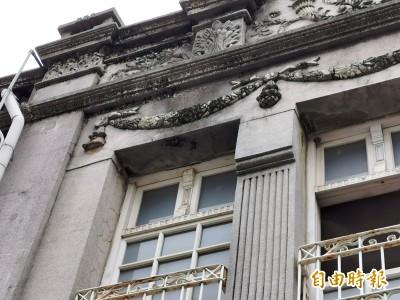 天氣太冷?新化老街建築立面綴飾掉落 幸未傷人