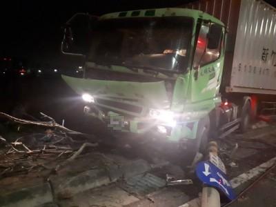 連撞電線桿、路樹 貨車司機卡駕駛座身亡