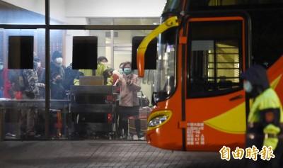武漢肺炎》首批武漢台商解除隔離 烏來檢疫所6點12分搭車返家