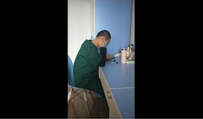 武漢肺炎》中國女醫護「剃光頭抗疫」 撥頭髮影片引網友熱議
