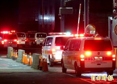 武漢肺炎》鑽石公主號包機起飛返台 救護車化學車入棚廠待命