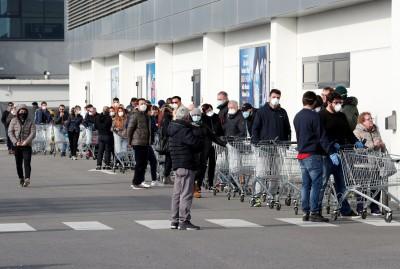 武漢肺炎》義大利人排隊添購糧食 為封城隔離做準備