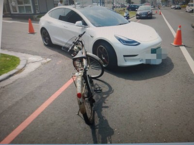 碰瓷?單車逆向撞特斯拉 要求賠現金
