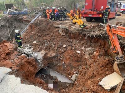 更換地下涵管被崩落土石掩埋 2人送醫前已無呼吸心跳