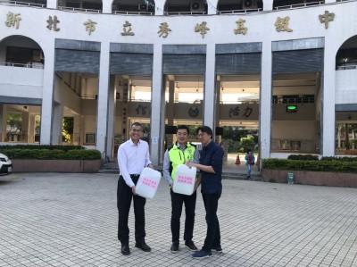 開學日 張錦豪募500公升酒精 捐贈汐止地區各校