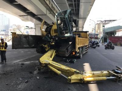 沒注意限高 大貨車載挖土機撞上人行天橋