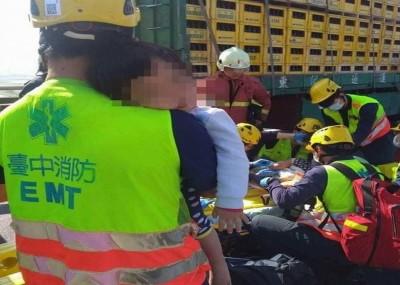 鼻酸!車禍母死2子傷 消防員心痛「孩子沒事,放心!」