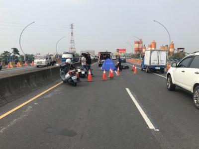 高屏大橋2機車擦撞 男騎士倒地慘遭砂石車輾斃
