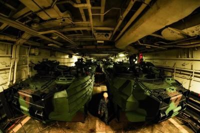 海軍軍官勇奪國際攝影賽金獎  AAV7艙內待命出擊畫面氣場超強