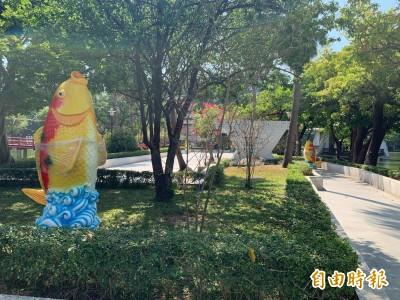 台中公園十座巨型飼料機連花圃草坪都放 市民疑:想把魚撐死?