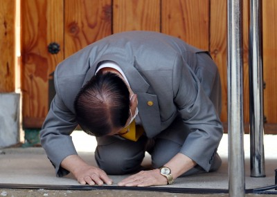 武漢肺炎》詭!新天地教主下跪 竟戴著朴槿惠手錶