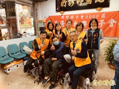 中風男子無人照料 醫院院長借屋住、醫師助添購電動輪椅
