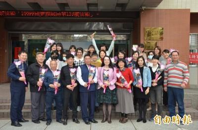 提前歡度婦女節   桃園與龜山警分局女性同事獲贈玫瑰花