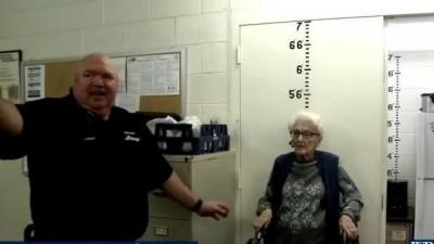 美國老太太100歲生日「想坐牢」 暖警配合演出
