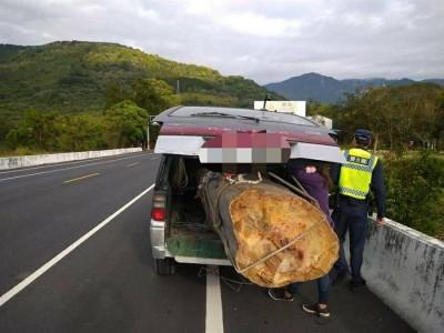 瞎!廂型車載整根2公噸貴重木跑不動 馬上被抓到