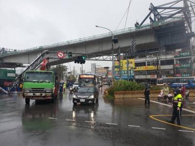 大貨車未收起吊臂 撞斷紅綠燈架塞爆