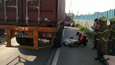 疑閃避大貨車 男騎士捲入車輪下送醫不治