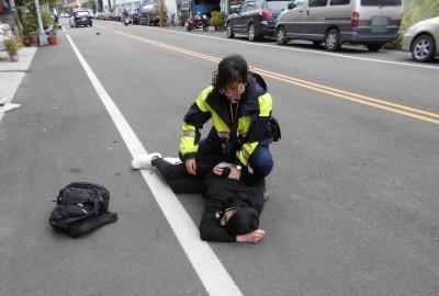 公親變事主!高雄警施展大外割 將台南警員摔傷上銬