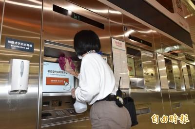 防疫升級! 高鐵封售票窗口對話洞 售票機、電梯旁裝酒精噴霧