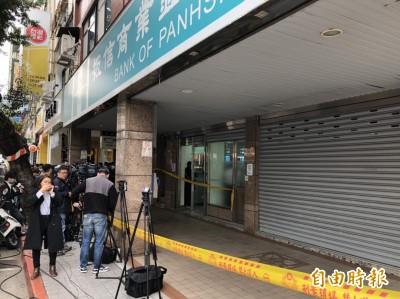 北市大直板信銀行遭搶80萬 搶匪疑持長槍、開贓車