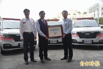 南投獲贈5部救護車  這家企業12年捐37部救護車