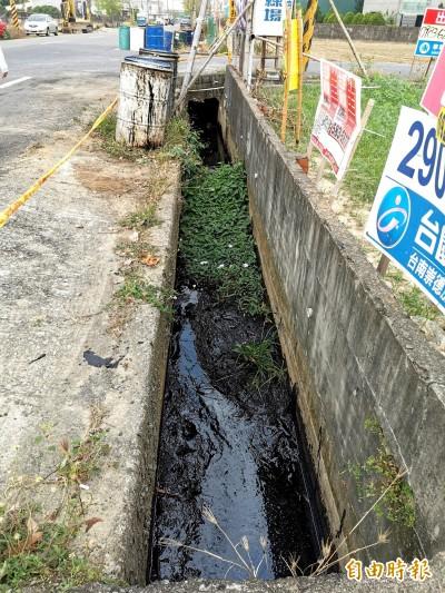 么壽!台南水溝遭偷倒10噸廢油泥 小狗跌落爬不起來