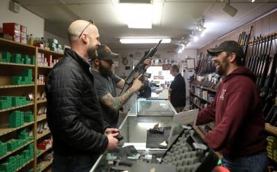 美國人爆買槍隻防疫? FBI︰370萬人次購槍背景調查創新高