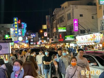 連假近5萬遊客湧入墾丁!沒戴口罩、距離不夠... 居民怕爆