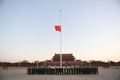 吹哨者變成「烈士」!中國天安門下半旗哀悼犧牲醫護