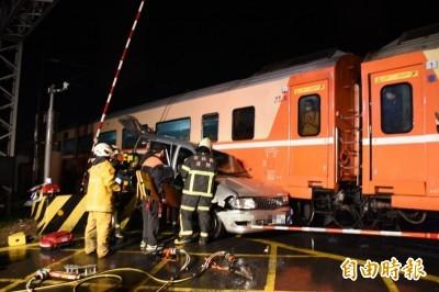 快訊》斗六平交道台鐵莒光號與廂型車相撞 受困老翁獲救送醫