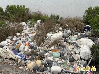 高美濕地出海口出現棉被冰箱 淪海漂垃圾堆置場