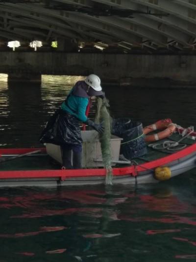 高雄愛河藏陷阱 清出約500公尺漁網