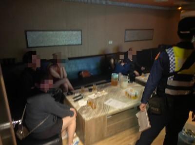 又有酒店「逆時中」偷營業 警上門抓包火辣小姐與男客