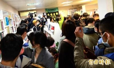台灣人撐香港!銅鑼灣書店開幕第一天 書架幾乎被掃空!