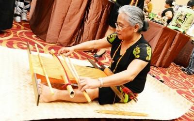 致力排灣族織布  許春美、蔣梅貞獲屏縣府授證原住民傳統工藝師
