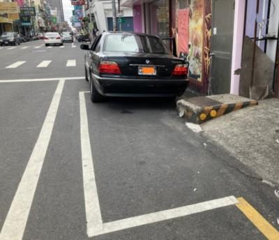 怕怕!停車格竟藏雙重陷阱 停著停著就撞上了