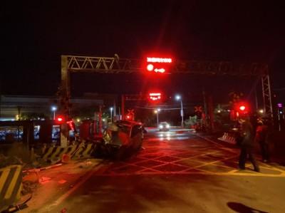 轎車闖平交道遭撞 台鐵岡山-橋頭列車延誤