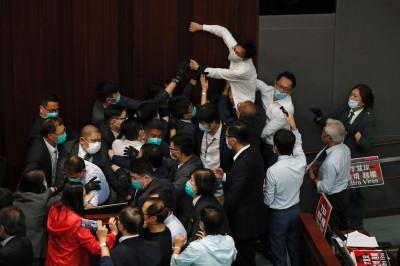 香港立法會爆肢體衝突! 建制、泛民爭搶主席台驚傳議員受傷