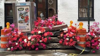 用鮮花鼓舞辛苦的醫護人員! 紐約花藝師在街頭發起「鮮花快閃」