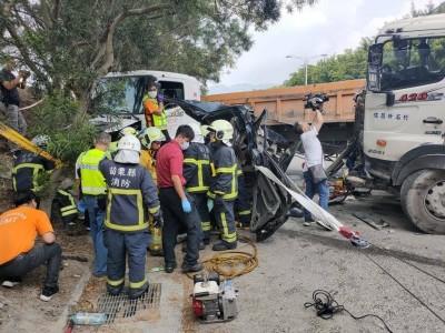 畫面曝光!小客車慘被2砂石車包夾 副駕駛座女乘客命危