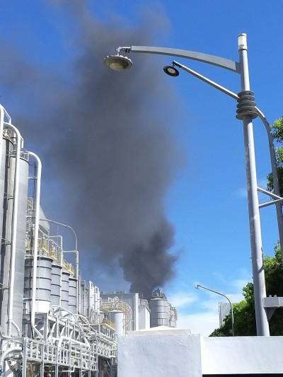 疑安全閥跳脫  台塑林園廠起火黑煙竄天