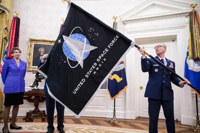 軍情動態》美太空軍軍旗曝光 川普稱已有「超級厲害飛彈」