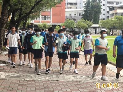 台南考區2天12人違規 竟有考生將題目折成紙盒