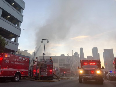 美國洛杉磯市中心大樓起火爆炸 10消防員被炸傷