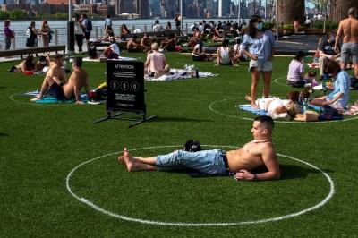 武漢肺炎》保持距離!紐約公園草坪變成「人體停車場」