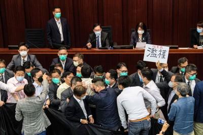 香港立法會爆衝突多人受傷! 建制派李慧琼當選內務委員會主席