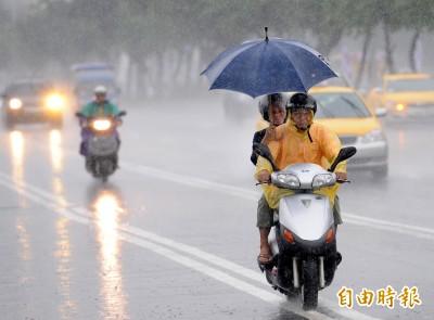 鋒面接近!11縣市發布大雨特報 慎防瞬間強降雨