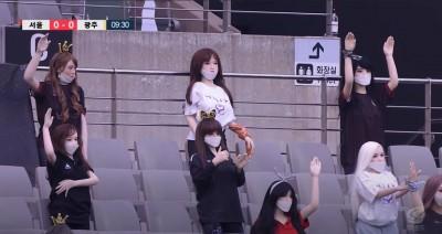 扯!南韓足球K聯賽閉門開踢 觀眾席放的疑是充氣娃娃