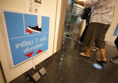 搭電梯「動腳不動手」 泰國百貨公司防疫出奇招