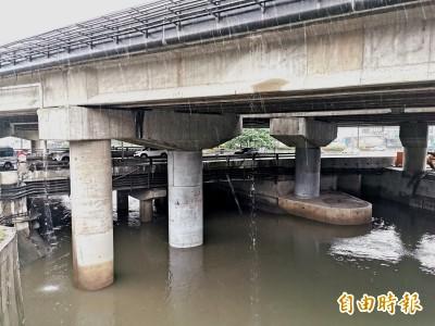 台南滂沱大雨 仁德萬代橋水位警戒